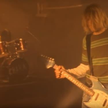 Le clip de Smells Like Teen Spirit, la chanson qui a lancé le succès mondial de Nirvana, le groupe de grunge mené par Kurt Cobain et Dave Grohl (les cheveux derrière la batterie)
