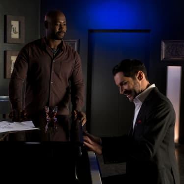 """L'Ange Amenadiel (D. B. Woodside) et son frère, le Seigneur des Enfers (Tom Ellis), dans la saison 4 de """"Lucifer""""."""