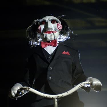La terrible marionnette de Jigsaw, emblème de la saga, dans Saw 2.