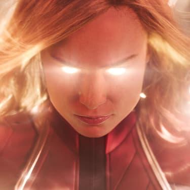 Carol Danvers en pleine utilisation de ses super-pouvoirs fabuleux dans le film Captain Marvel.