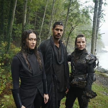 """Echo et Gabriel, accompagnés de la jeune Hope, vont tenter d'élucider le mystère de l'Anomalie dans la saison 7 de """"The 100"""", prochainement sur SYFY..."""
