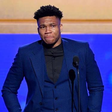 """Le  Grec, qui évolue en tant qu'ailier au sein des Milwaukee Bucks, est ému aux larmes en recevant  le plus prestigieux des trophées des NBA Awards, celui du """"Most Valuable Player of the Year"""", soit le Meilleur joueur de l'année."""