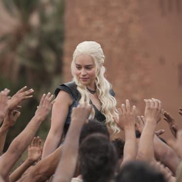 Description : Daenerys Targaryen en plein bain de foule dans Game of Thrones.