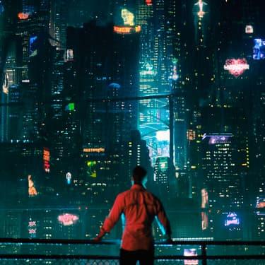 Joel Kinnaman dans la première saison d'Altered Carbon sur Netflix.