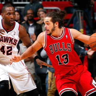 Joakim Noah lorsqu'il jouait pour les Chicago Bulls, ici face à Elton Brand des Atlanta Hawks, à la Philips Arena d'Atlanta, le 24 février 2014.