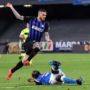 L'avant-centre argentin Mauro Icardi vole au-dessus de Koulibaly lors de Naples - Inter Milan, le 19 mai 2018