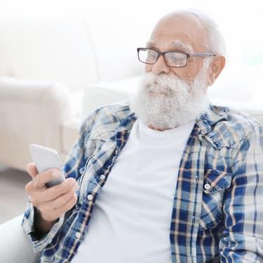 Le smartphone n'est pas réservé qu'aux jeunes, les seniors y ont aussi droit.