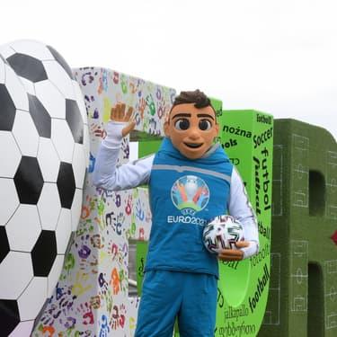 La mascotte de l'Euro 2020, Skillzy, pose dans l'Olympia Park de Munich, en Allemagne, le 3 mars 2020