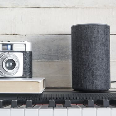 L'enceinte connectée Amazon à une voix : celle d'Alexa, son assistant personnel intelligent.
