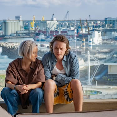 Dane DeHaan et Andrea Riseborough dans ZeroZeroZero sur Canal+.