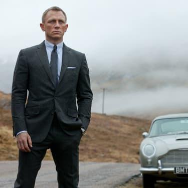 James Bond, incarné par Daniel Craig, devant sa mythique Aston Martin, dans Skyfall.