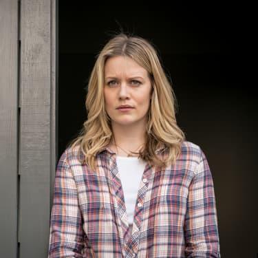 Alice Durand (Cara Theobold), personnage dont l'implication s'est avérée primordiale dans la saison 2 de la série Absentia, sur Altice Studio.