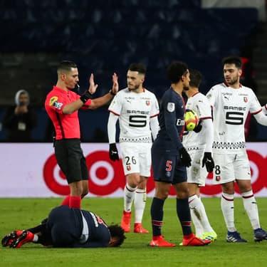L'arbitre calme le jeu pendant un match PSG - Rennes, au Parc des Princes, le 27 janvier 2019.