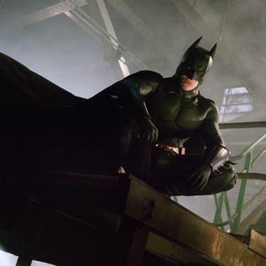 Christian Bale dans la peau du Chevalier noir, dans Batman Begins (2005) de Christopher Nolan.