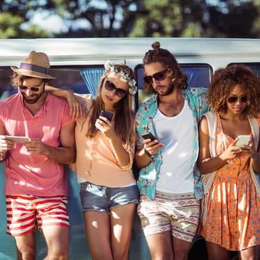 Une bande d'amis en pleine interaction sociale pendant les vacances