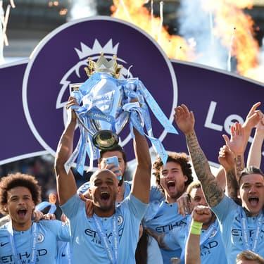 Vincent Kompany soulève le trophée de la Premier League pour la seconde fois de suite avec Manchester City