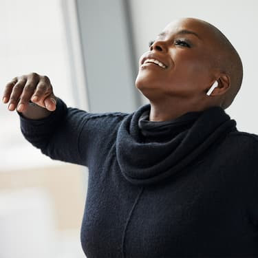 Hope Boykin, danseuse et chorégraphe contemporaine, munie d'AirPods.