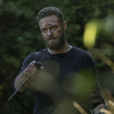 """Ross Marquand, alias Aaron, s'est endurci dans la saison 10 de """"The Walking Dead""""..."""