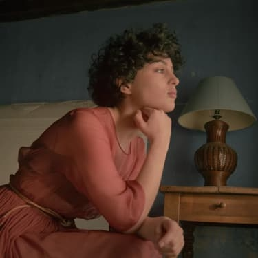 Découvrez Le jour se lève, la nouvelle chanson de Barbara Pravi