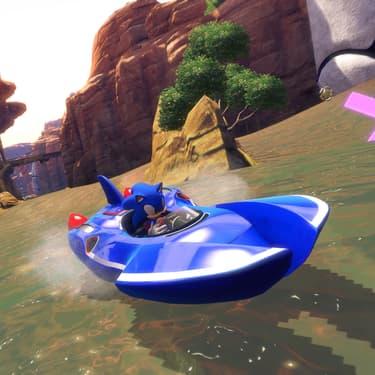 Sonic a bord de son bolide, transformé pour l'occasion en bateau pour voguer à toute vitesse sur les eaux d'un circuit.