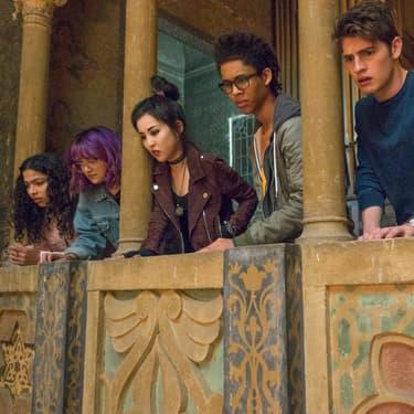 Alex (Rhenzy Feliz), Nico (Lyrica Okano), Molly (Allegra Acosta), Karoline (Virginia Gardner) et Gertrude (Ariela Barer), l'équipe de jeunes mutants de la série Marvel's Runaways qui pourrait être rejoint par de nouveaux super-héros.