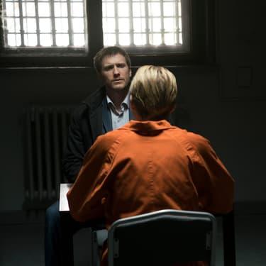 Nick Durand (Patrick Heusinger) interrogeant le tueur en série Conrad Harlow (Richard Brake) dans la série Absentia.