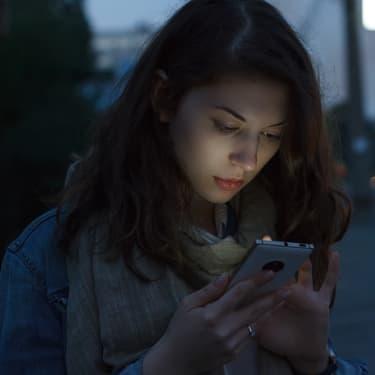 Quand tu es perdue, que tu n'as plus de batterie et que tu aurais bien aimé mettre le dark mode sur tes applications.