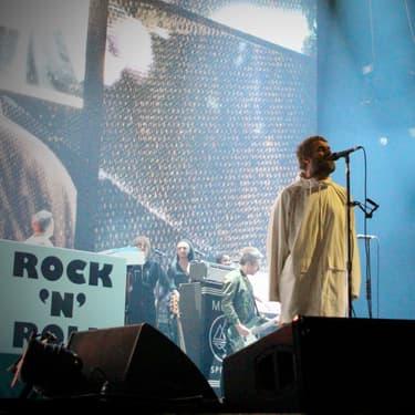 Liam Gallagher et son poncho sur la scène du Zénith de Paris, le 24 février 2020