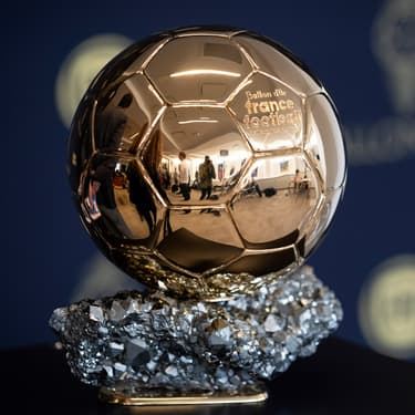 Le fameux trophée du Ballon d'Or présenté à Paris, le 19 septembre 2019.
